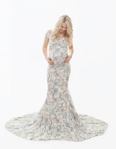 Kadi- kirju romantiline kleit, milles on sajanditetagust hõngu